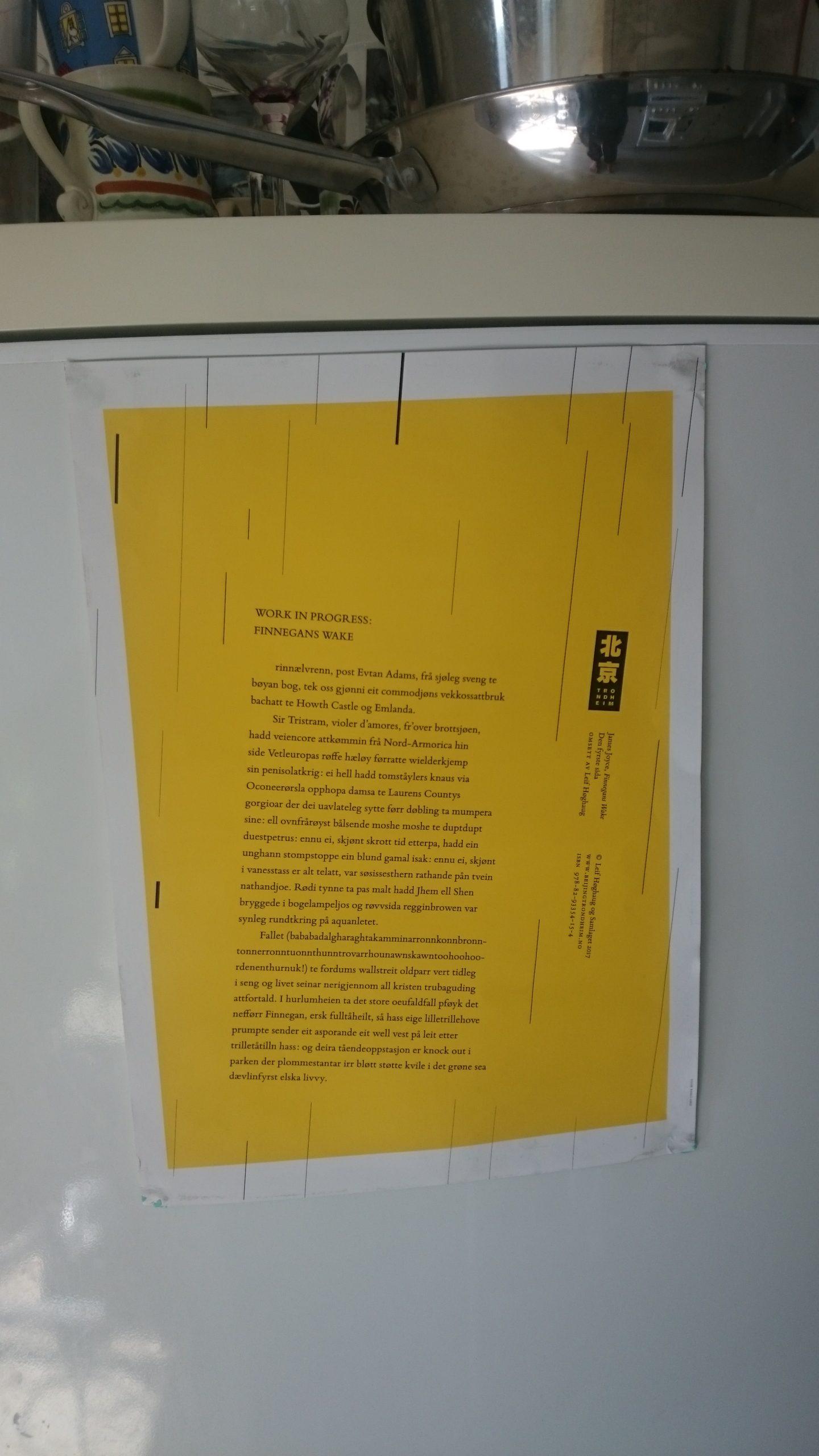 Teksten på plakaten er et utdrag fra Leif Høghaug sin gjendiktning av James Joyce sin Finnegans Wake, utgitt av Forlaget Beijing Trondheim.